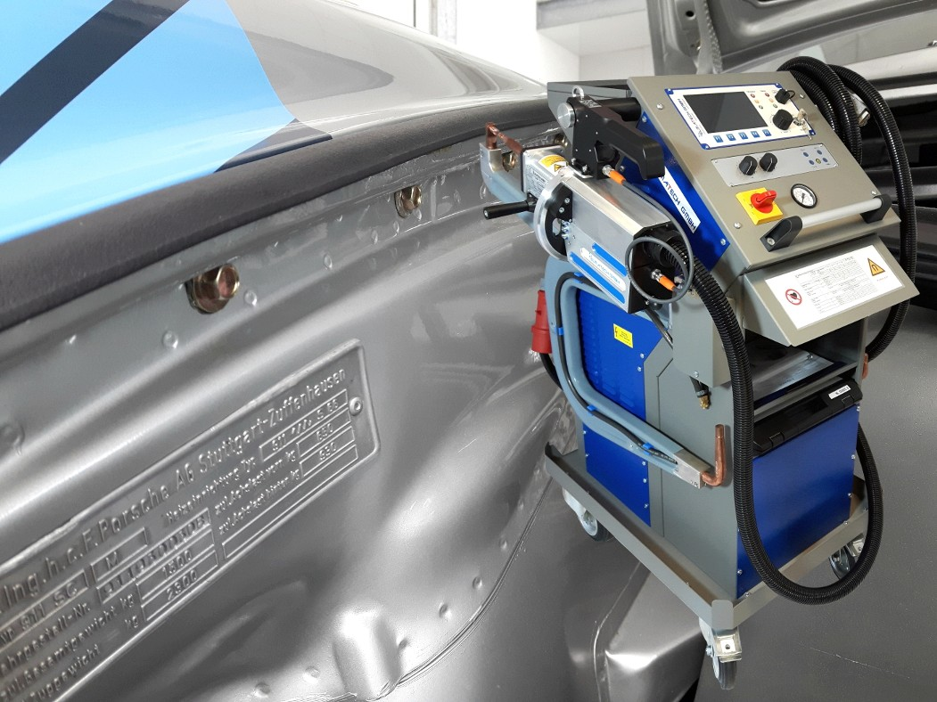 Body repair of a Porsche with ELMA-Tech spot welding machine PREMIUMspot VISION.